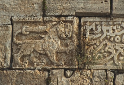 Tour sud-est du Crac des Chevaliers, datée de 669/1271. Photo C. Yovitchitch (Ifpo)