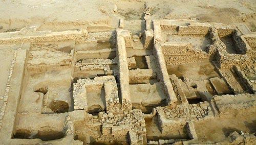 Forteresse hellénistique, secteur nord des fortifications. En bas, 1ère ligne des murailles, en haut l'extension ; entre les deux, tour et chicane. Photo Y. Guichard © DAMKuwait.