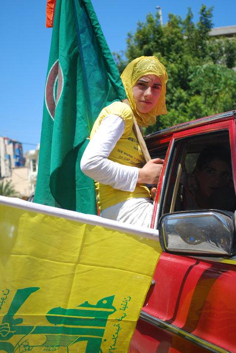 Jeune fille portant le drapeau du Hezbollah et de Amal. Beyrouth, Sodeco, juin 2099. Photo © Julie Schneider