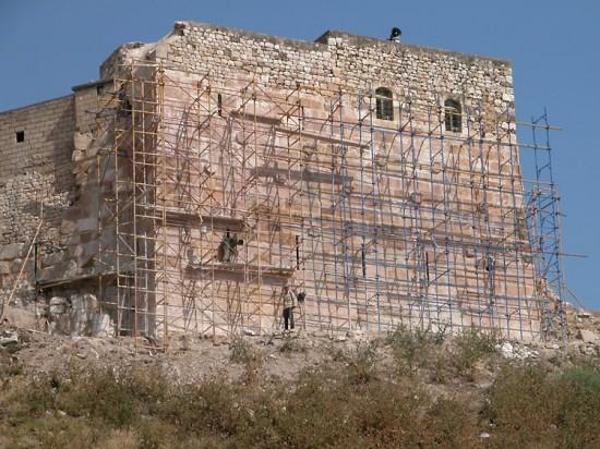 Qalaat el Mudiq, la tour 5 depuis l'est, en cours de travaux en 2004