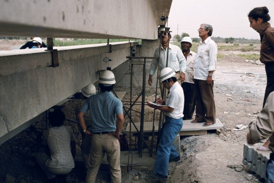 Fondation Le Corbusier/ ADAGP/ Axel Mesny, 1979. Working staff on the construction site: three employees of the Japanese firm Mitsui, Iraqi engineers (with sunglasses: Eng. Abbas). The girl on the right was a student in civil engineering.