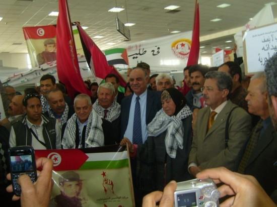 Arrivée du corps d'Umran Kilani Muqaddami à Tunis. Au premier rang (deuxième en partant de la gauche), Houcine Abbassi, secrétaire général de l'UGTT, et, au milieu, la mère de Umran Kilani Muqaddami. Photo : Khansa Ben Tarjem.