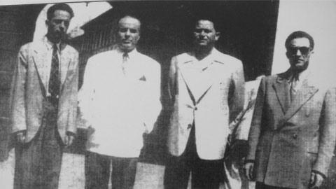 Photo de Habib Bourguiba (deuxième en partant de la gauche), avec le fondateur de l'UGTT, Farhat Hached (troisième en partant de la gauche). Source : www.ugtt.org.tn