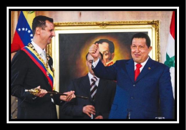Le président Chávez et son homologue syrien, décoré de l'ordre du libérateur et paré d'une réplique de l'épée de Bolivar.