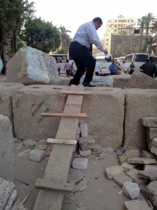Photos 1 : Murs fermant l'accès à la place Tahrîr. Clichés R. Stadnicki, 2012