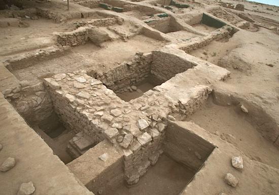 Forteresse hellénistique, tour sur le rempart ouest ; à l'arrière de son mur nord, vestiges de l'élévation du rempart en briques crues. Vue vers le sud-est © MAFKF.