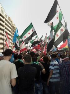 Des manifestants libanais brandissent le drapeau de la Syrie libre  à l'occasion des obsèques du général Wissam al-Hassan, responsable  des Forces de sécurité intérieure, © Vincent Geisser, 2012