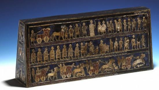 Étendard d'Ur, retrouvé dans le cimetière dit royal, seul panneau figuratif incrusté intégralement préservé (coquille non nacrée, lapis-lazuli, calcaire rouge, bitume, bois ; ht. 20,3 cm : l. 47 cm ; British Museum, no d'inv. WA 121201) © British Museum