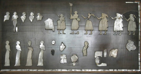 Figure 2 : Panneau dit Étendard de Mari, reconstitution réalisée par André Parrot à partir de certaines incrustations retrouvées dans le temple d'Ishtar (coquille nacrée, schiste, calcaire rouge, bitume, bois ; ht. 35 cm ; l. 70 cm ; musée du Louvre, no d'inv. AO 19820) © B. Couturaud 2009.
