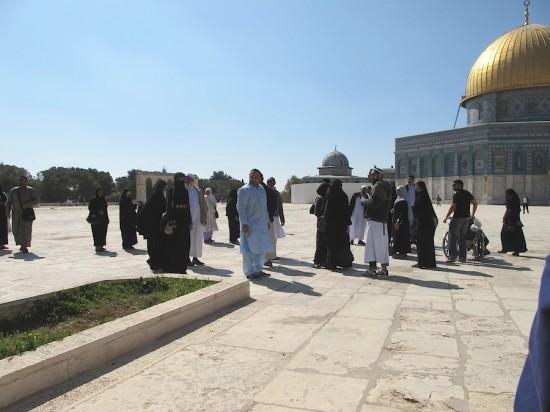 Pèlerins musulmans internationaux en visite à la mosquée al-Aqsa. Photo E. Grugeon