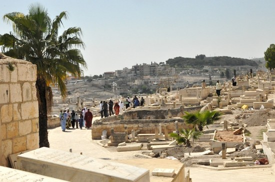 Pèlerins musulmans internationaux en visite dans le cimetière al-Raḥma, attenant à la mosquée al-Aqsa. Photo E. Grugeon