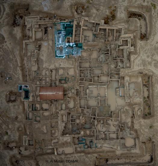 Vue d'ensemble du site de la forteresse hellénistique après les pluies torrentielles de novembre 2013 (H. Al Mutairi © DAMK)