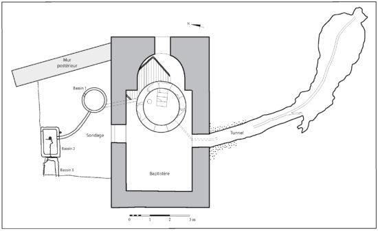 Figure 4 : Plan simplifié de la chapelle et des dispositifs qui lui sont associés (les hachures indiquent l'emplacement du bassin primitif) ; (Tous droits réservés Bertrand Riba)