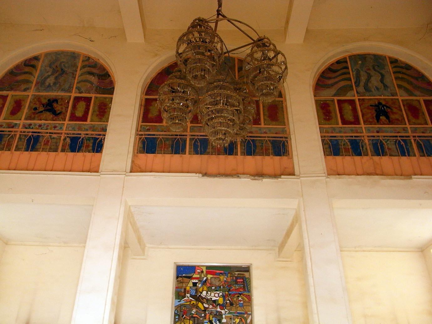 الشكل 4 : الفضاءات الداخلية والنسب والأعمدة تحقق نصبية فن الآرت ديكو، وفي الوسط لوحة فائق حسن تعود للعام 1972.<br /> صورة سيسيليا بيري، 2011، جميع الحقوق محفوظة