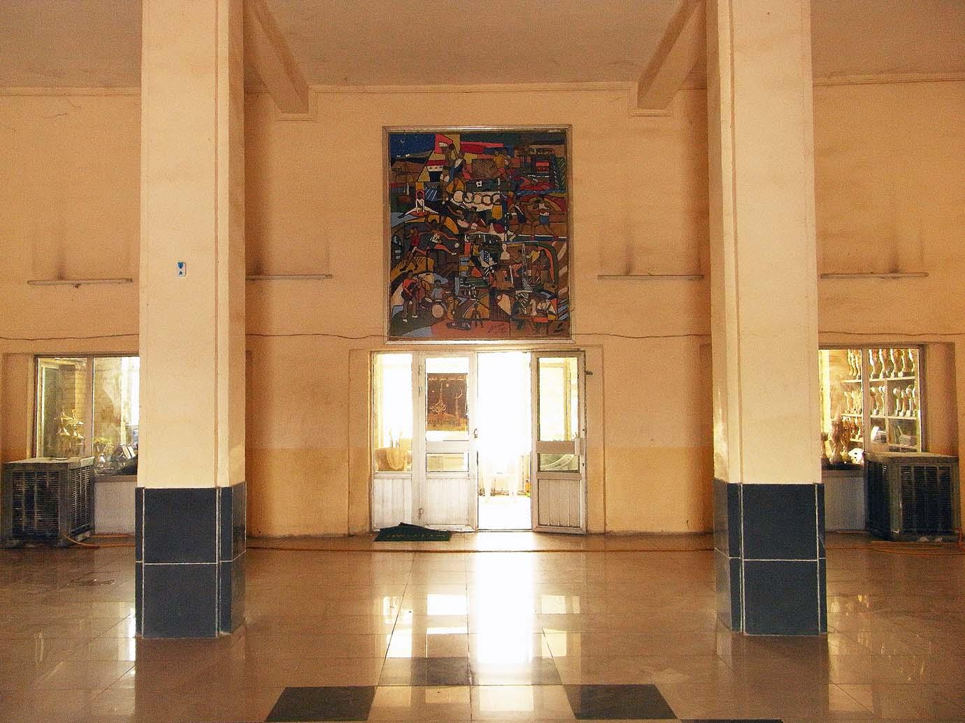 الشكل 5 : الفضاءات الداخلية والنسب والأعمدة تحقق نصبية فن الآرت ديكو، وفي الوسط لوحة فائق حسن تعود للعام 1972. صورة سيسيليا بيري، 2011، جميع الحقوق محفوظة