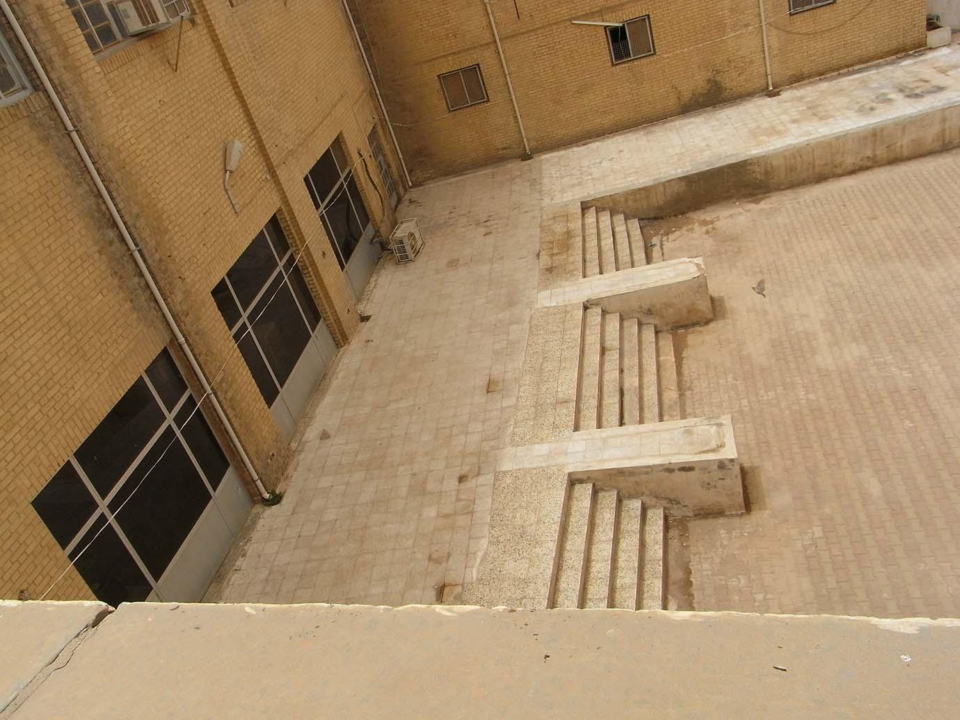 الشكل 6 : الإنحناء المعاكس في درجات السلالم الخلفية،صورة سيسيليا بيري، 2011، جميع الحقوق محفوظة
