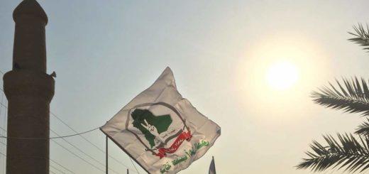 Des drapeaux de la milice AAH flottent dans le centre-ville de Tikrit à l'occasion d'un rassemblement anti-américain le 2 janvier 2020