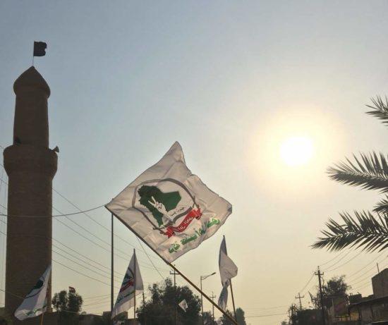 Des drapeaux de la milice Asa'ib ahl al-Haqq flottent dans le centre-ville de Tikrit à l'occasion d'une rassemblement anti-américain le 2 janvier 2020, photo postée le 4 janvier 2020 sur le compte Facebook d'un militant d'AAH à Tikrit.